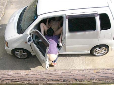 海外のカーセックス、こっそり撮影するもサービス精神満載でワロタwww(画像あり)・16枚目