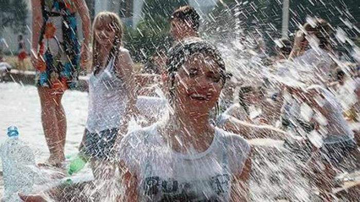 ロシアの水掛けのお祭り、確実におっぱい出てるよな?wwwwwwwww(画像あり)・16枚目