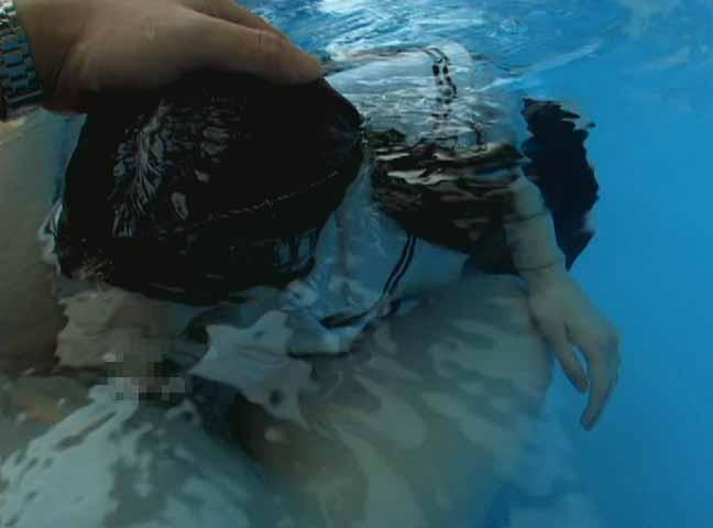 プールの水中でフェラしてる痛い女たちをご覧ください。(画像あり)・17枚目