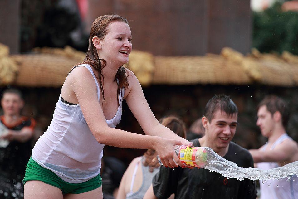 ロシアの水掛けのお祭り、確実におっぱい出てるよな?wwwwwwwww(画像あり)・2枚目