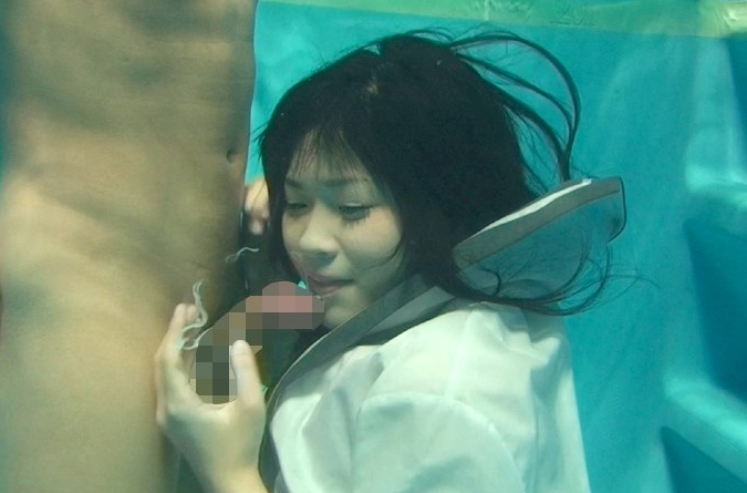 プールの水中でフェラしてる痛い女たちをご覧ください。(画像あり)・20枚目