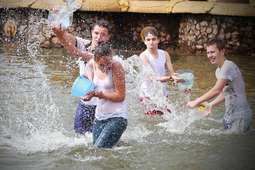 ロシアの水掛けのお祭り、確実におっぱい出てるよな?wwwwwwwww(画像あり)・33枚目
