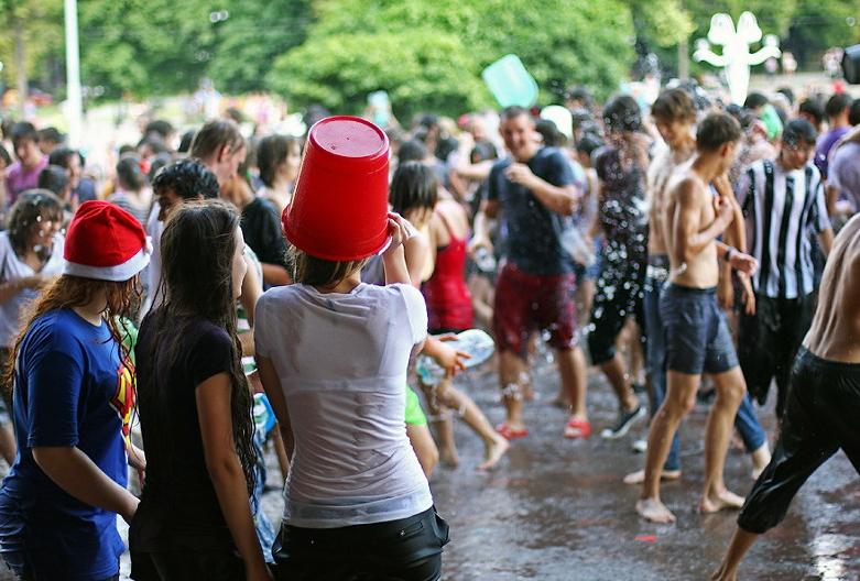 ロシアの水掛けのお祭り、確実におっぱい出てるよな?wwwwwwwww(画像あり)・36枚目