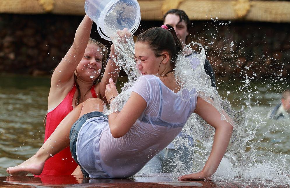 ロシアの水掛けのお祭り、確実におっぱい出てるよな?wwwwwwwww(画像あり)・39枚目