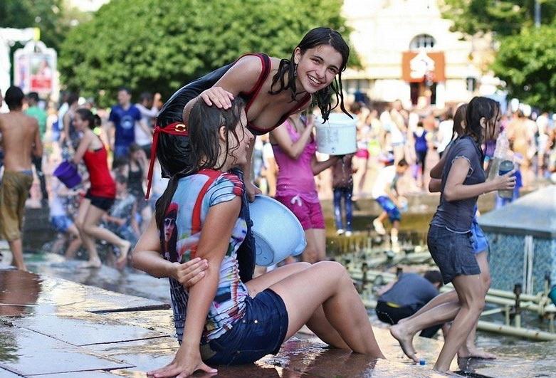 ロシアの水掛けのお祭り、確実におっぱい出てるよな?wwwwwwwww(画像あり)・7枚目