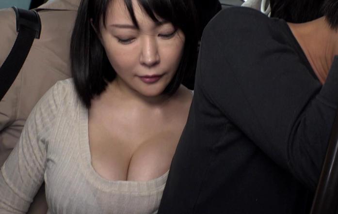 おっぱい押しつけ誘惑する熟女・・・サラリーマンの無視っぷりワロタwwwwwww(画像あり)・9枚目
