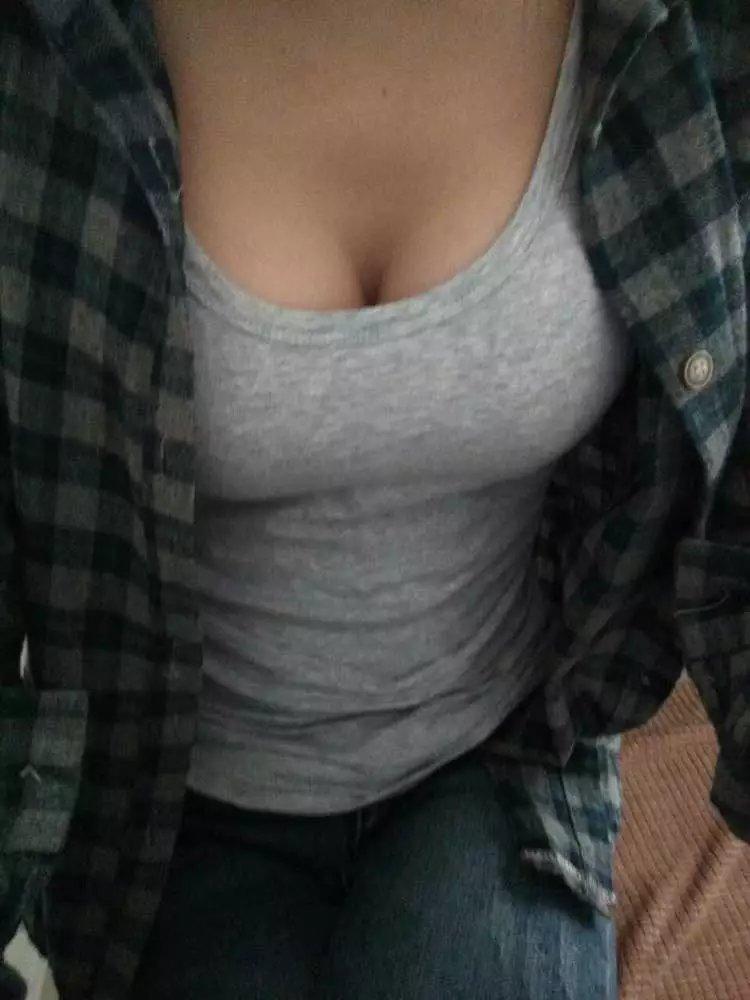 自慢のおっぱいをSNSで晒す女で興奮するエロ画像まとめ。(画像28枚)・1枚目