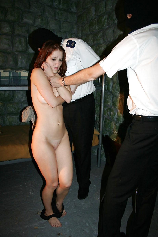 マンコの中まで隅々チェックされる過酷な女刑務所の光景をご覧下さい。(画像あり)・1枚目