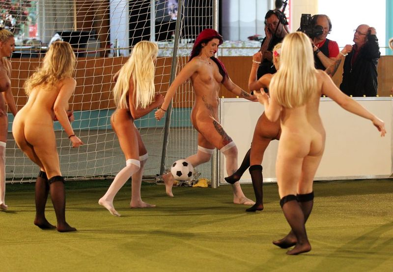 裸でスポーツを楽しむ海外の異文化、、もうついていけないンゴ。(画像あり)・12枚目