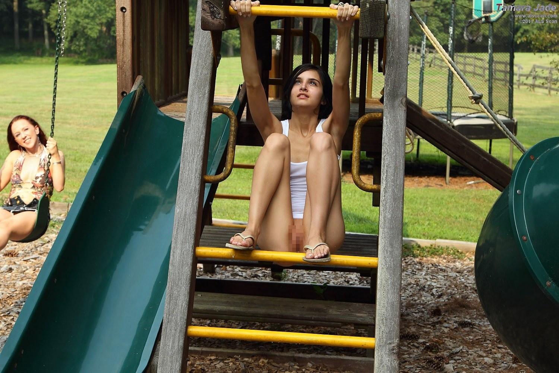【通報不可避】真っ昼間から公園の遊具で遊ぶ・・・・・露出狂(画像24枚)・14枚目