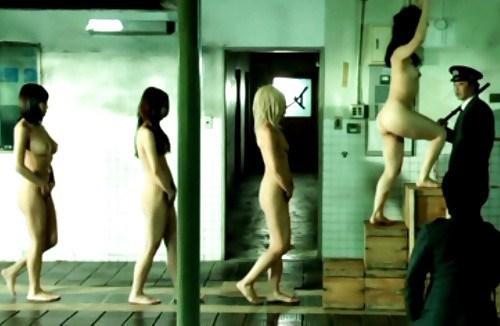 マンコの中まで隅々チェックされる過酷な女刑務所の光景をご覧下さい。(画像あり)・17枚目