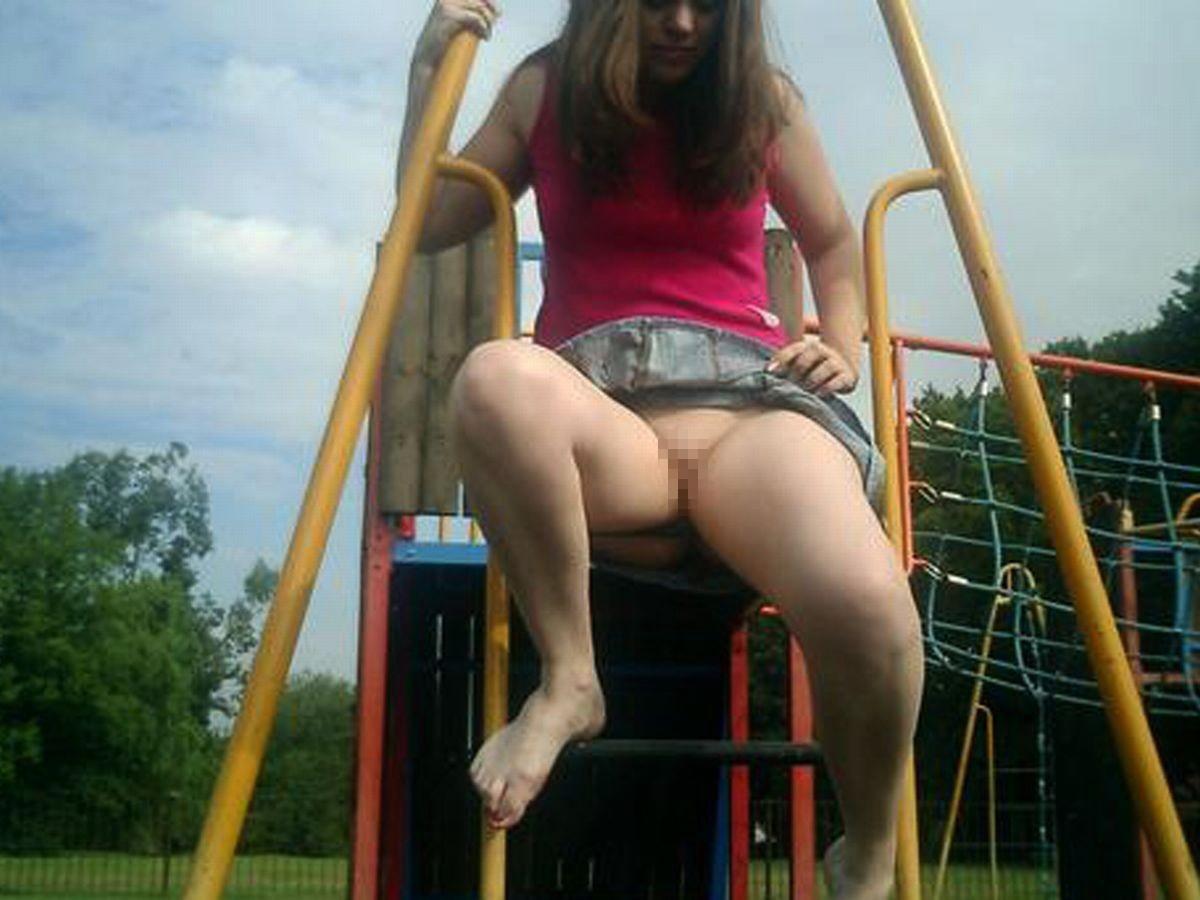【通報不可避】真っ昼間から公園の遊具で遊ぶ・・・・・露出狂(画像24枚)・2枚目