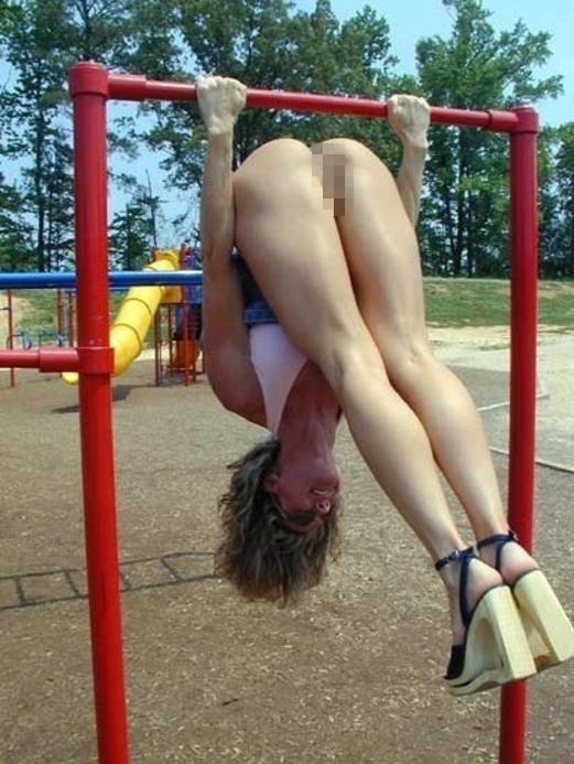 【通報不可避】真っ昼間から公園の遊具で遊ぶ・・・・・露出狂(画像24枚)・23枚目