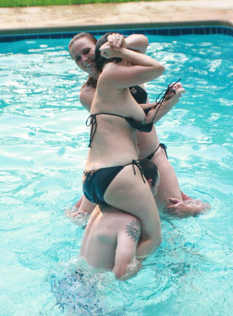 夏の海やプールでのポロリ率って異常じゃね?wwwwwwwwwwwww(画像35枚)・3枚目