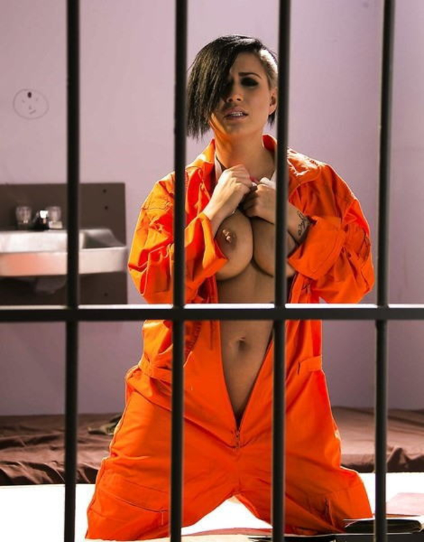 マンコの中まで隅々チェックされる過酷な女刑務所の光景をご覧下さい。(画像あり)・35枚目