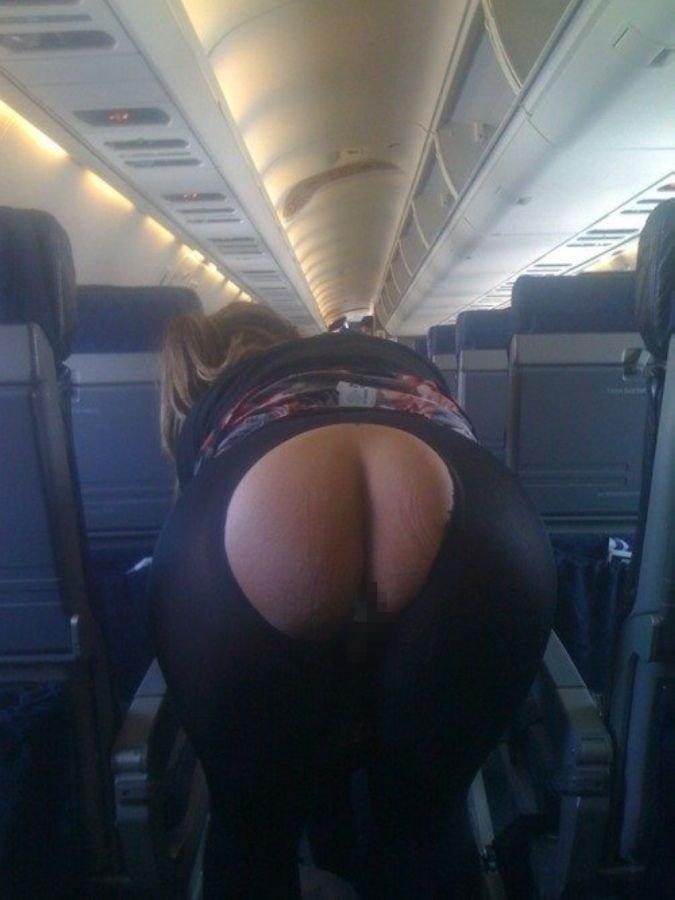 飛行機内で露出する変態外国人エロ画像・1枚目