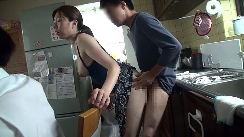 【家庭内】母姉妹のまんこを性欲処理してるマジキチ画像wwwww(画像あり)・10枚目