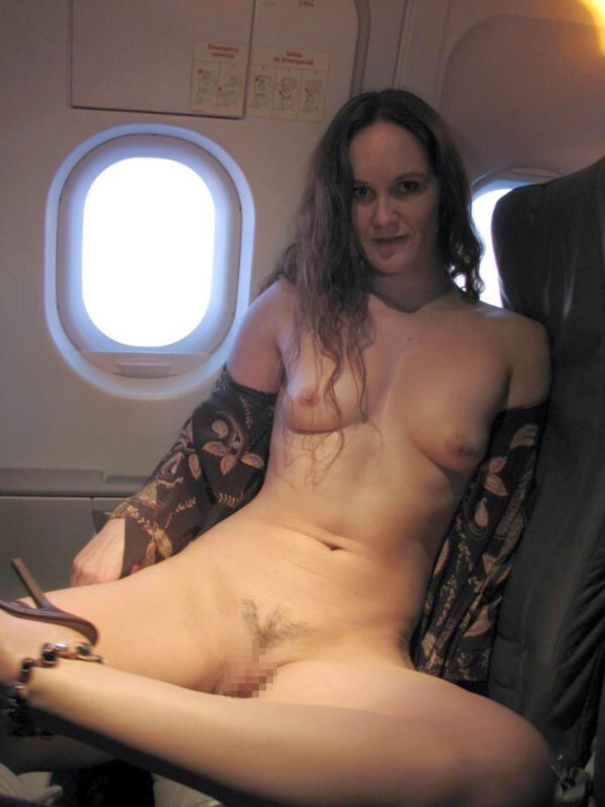 飛行機内で露出する変態外国人エロ画像・12枚目