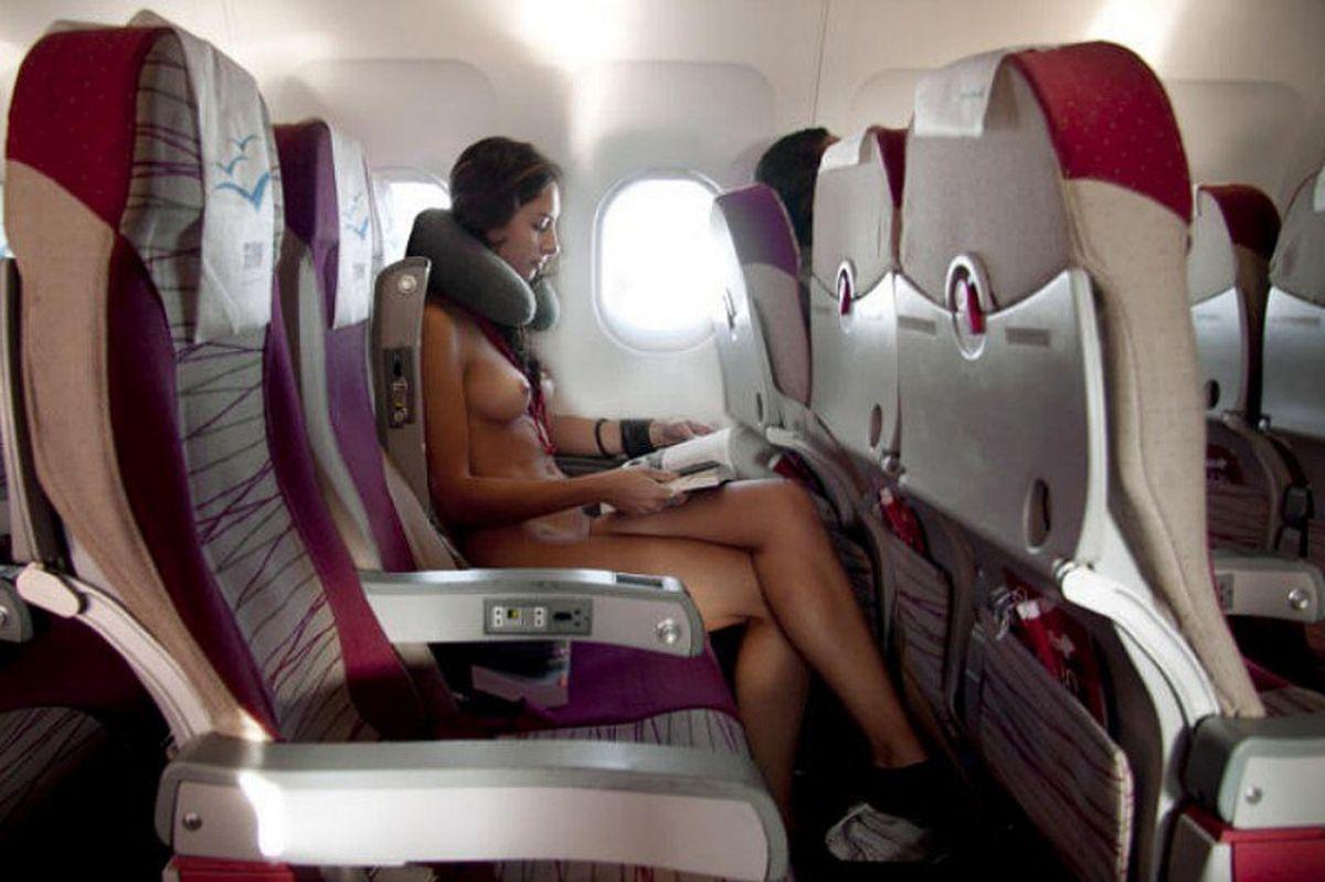 飛行機内で露出する変態外国人エロ画像・15枚目