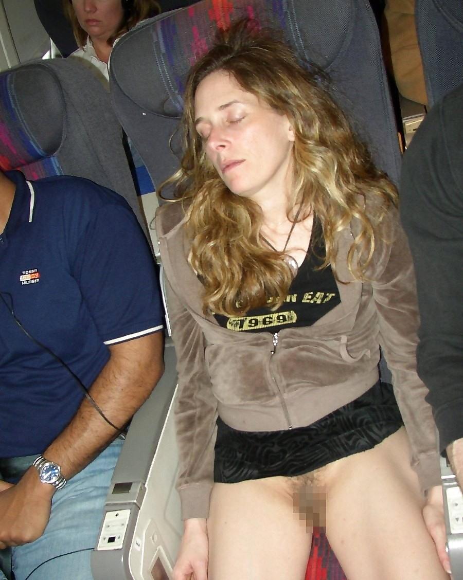 飛行機内で露出する変態外国人エロ画像・16枚目
