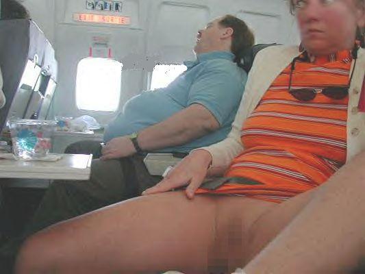 飛行機内で露出する変態外国人エロ画像・17枚目