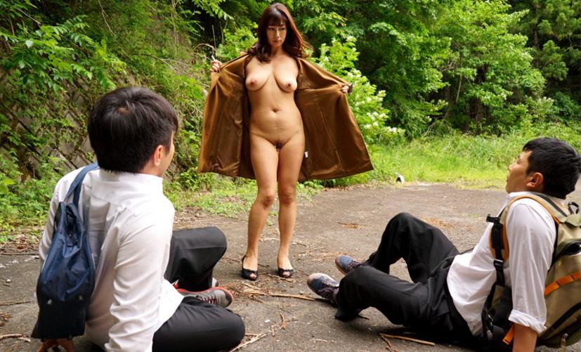 コートを着た露出狂女、何も穿いてないお股をおっ広げる・・・(29枚)・20枚目