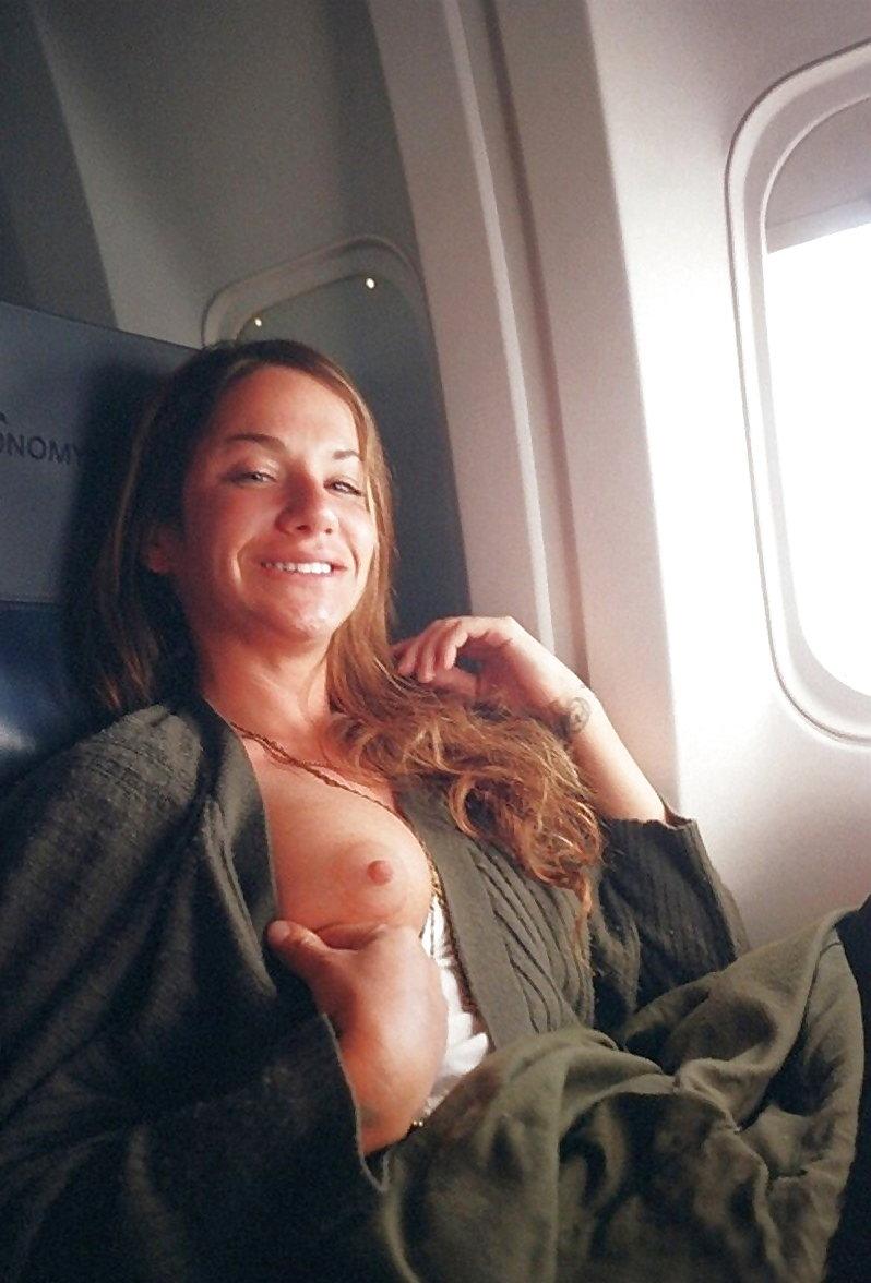 飛行機内で露出する変態外国人エロ画像・20枚目