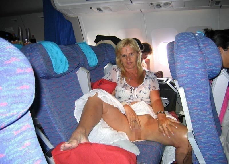 飛行機内で露出する変態外国人エロ画像・21枚目