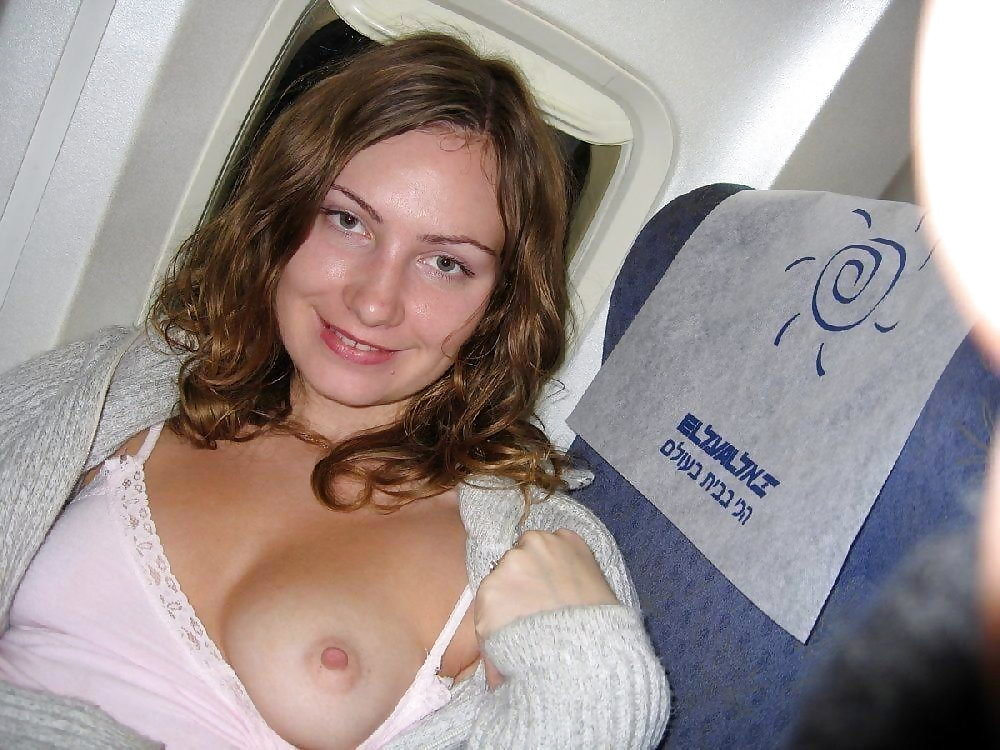 飛行機内で露出する変態外国人エロ画像・4枚目