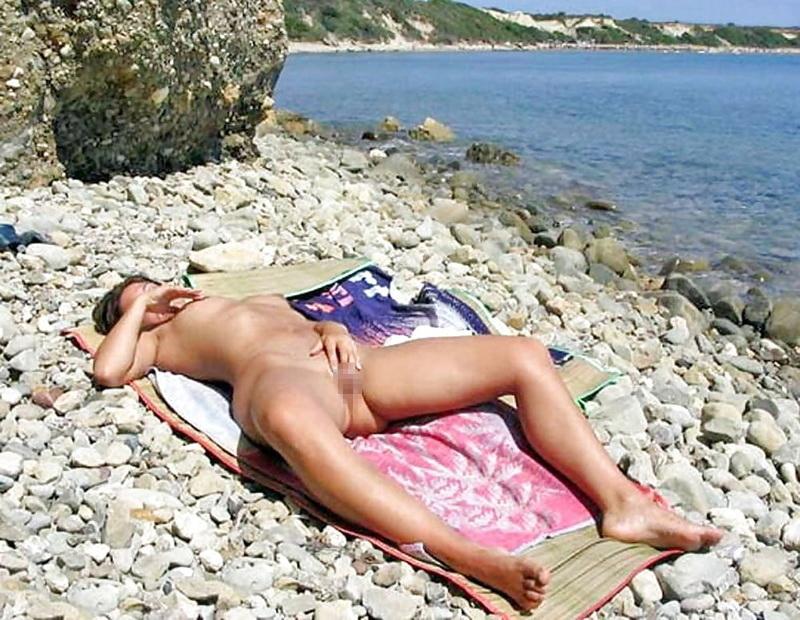 ヌーディストビーチでオナる女を発見・・これヤってもいいんだよな???(画像あり)・1枚目