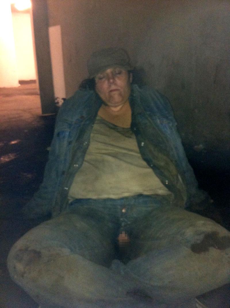【悲劇】ホームレスさん、路上で堂々と性の捌け口にされる。(画像あり)・10枚目