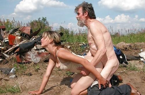 【悲劇】ホームレスさん、路上で堂々と性の捌け口にされる。(画像あり)・14枚目