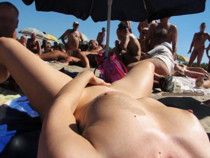 ヌーディストビーチでオナる女を発見・・これヤってもいいんだよな???(画像あり)・16枚目