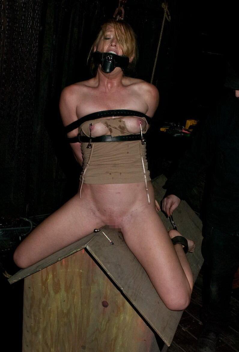 三角木馬とかいうマンコを破壊する超性具怖すぎwwwwwwwww(画像あり)・2枚目