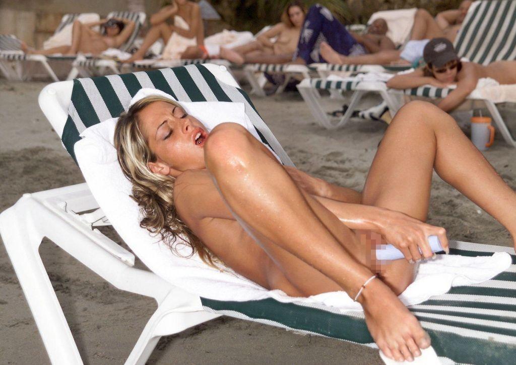 ヌーディストビーチでオナる女を発見・・これヤってもいいんだよな???(画像あり)・28枚目
