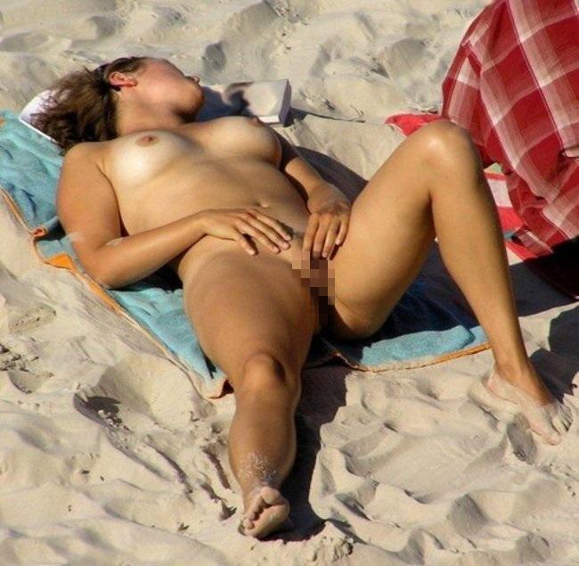 ヌーディストビーチでオナる女を発見・・これヤってもいいんだよな???(画像あり)・4枚目