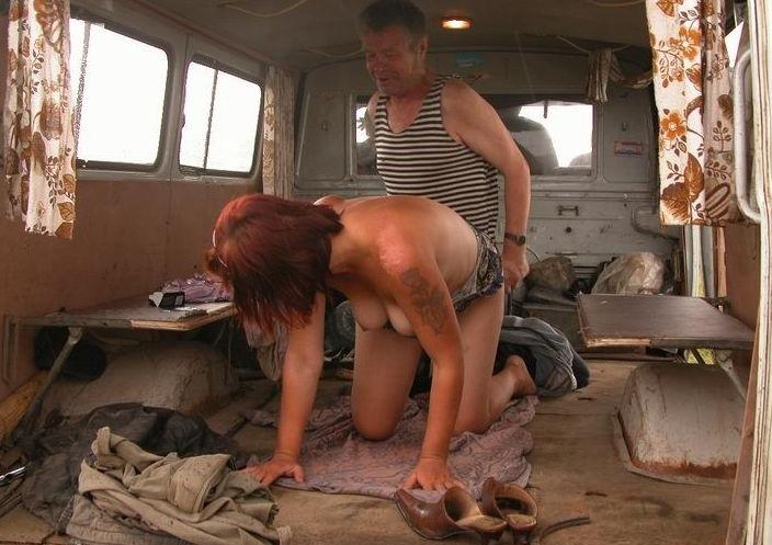 【悲劇】ホームレスさん、路上で堂々と性の捌け口にされる。(画像あり)・5枚目