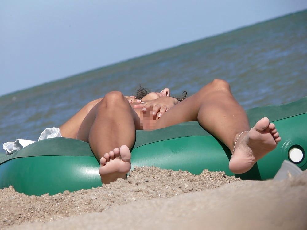 ヌーディストビーチでオナる女を発見・・これヤってもいいんだよな???(画像あり)・6枚目