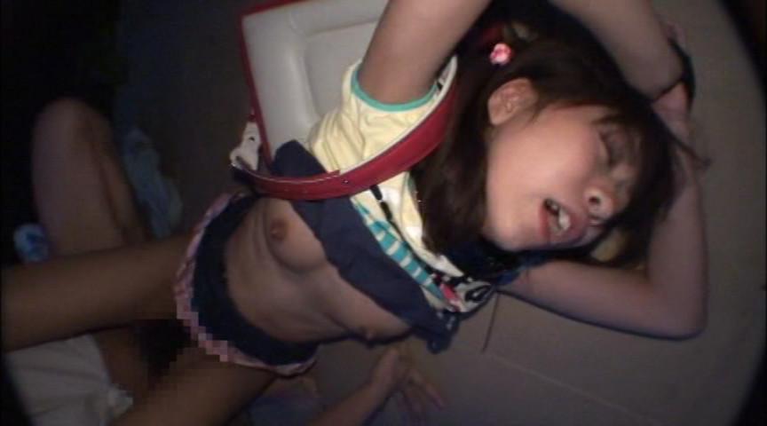 【鬼畜】おっぱいだけが発育した女児にイタズラするおっさん達wwwwww(画像あり)・6枚目