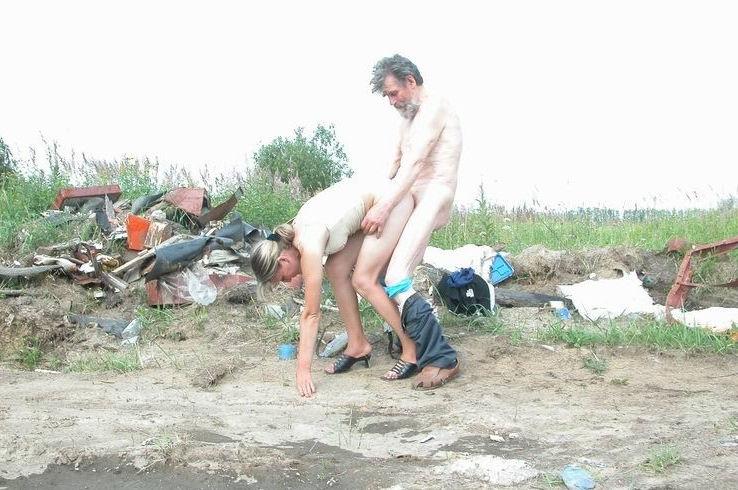 【悲劇】ホームレスさん、路上で堂々と性の捌け口にされる。(画像あり)・7枚目