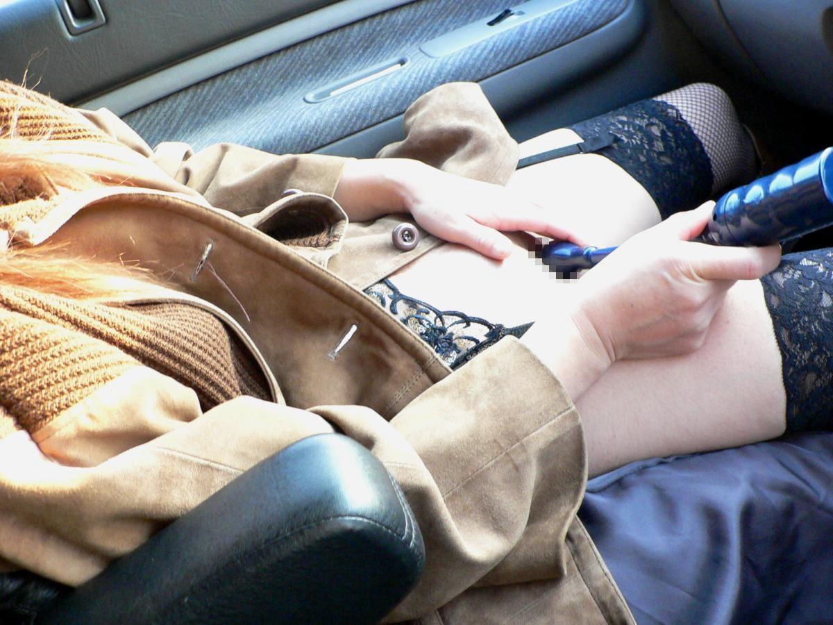 渋滞中に助手席でオナっちゃう淫乱ビッチたちwwwwwwwww(画像23枚)・8枚目
