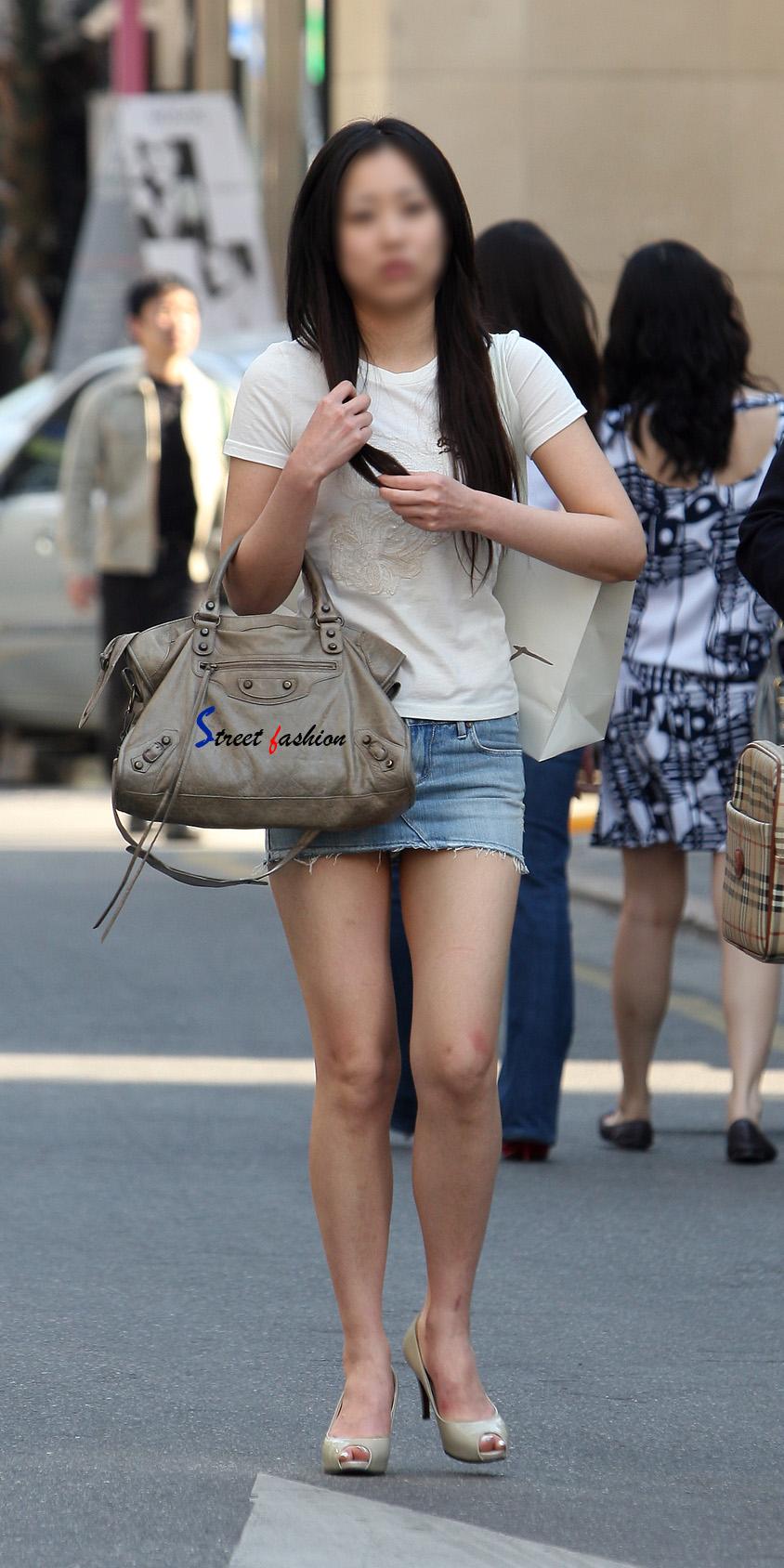 街中を歩くミニスカ韓国女子、意外とイイ尻してますわ(画像37枚)・13枚目
