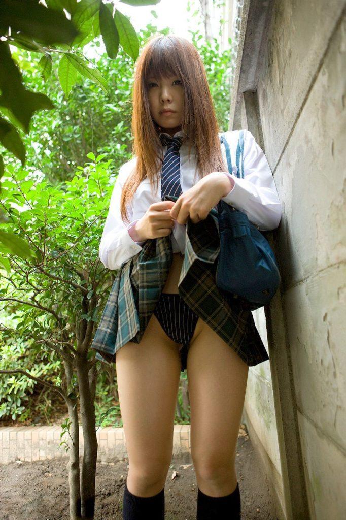 【保存推奨】自らスカートを捲り上げる女子●生の画像集。 35枚・13枚目