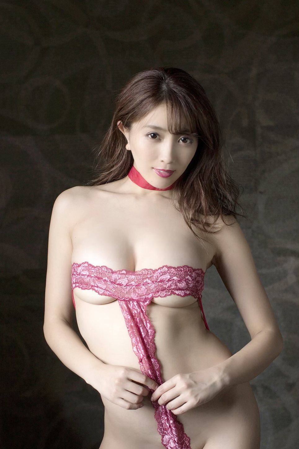 一流グラドル森咲智美さん、チクビをポロしてた事が発覚wwwww(画像あり)・25枚目