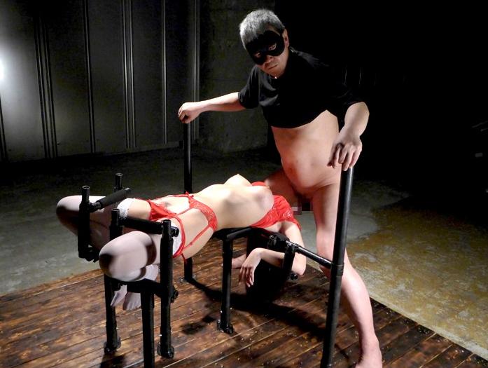 【※画像あり】両足固定されて責め続けられたまんさん、、、壊れるwwwwww・25枚目