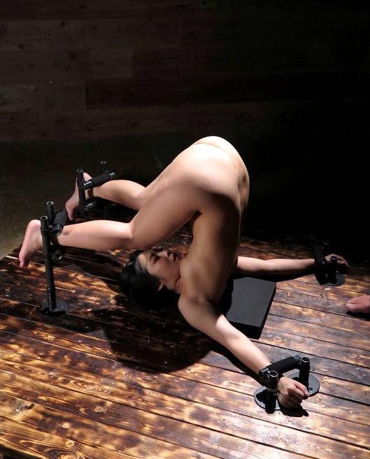 【※画像あり】両足固定されて責め続けられたまんさん、、、壊れるwwwwww・6枚目