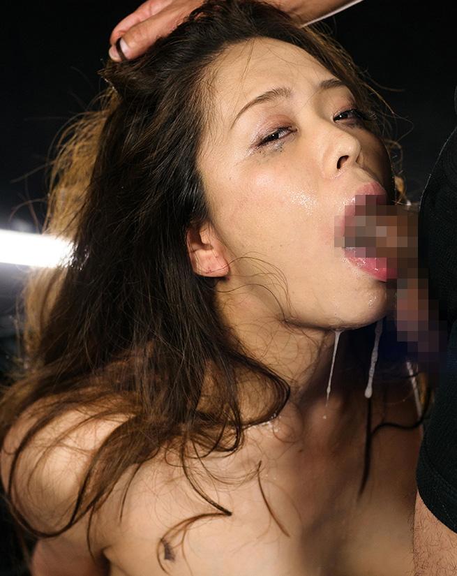 【画像あり】フェラで睨みつけてくる生意気女を服従させてヤる・・・・2枚目