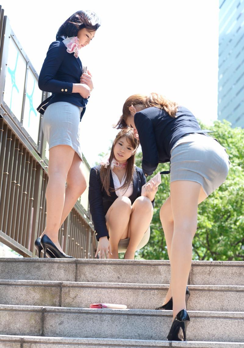 街中で惜しげもなく着衣美ボディを晒す昼休みのOLのセクシー画像集(29枚)・21枚目