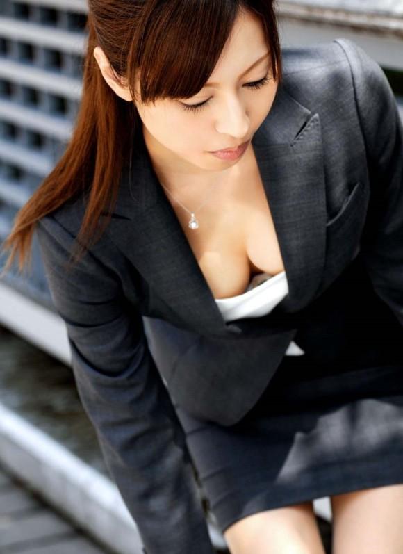 街中で惜しげもなく着衣美ボディを晒す昼休みのOLのセクシー画像集(29枚)・26枚目