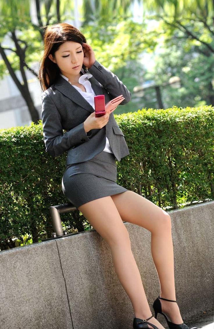 街中で惜しげもなく着衣美ボディを晒す昼休みのOLのセクシー画像集(29枚)・29枚目
